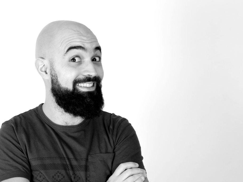 Fotografia in bianco e nero che ritrae il videomaker Giovanni Bottalico mentre sorride