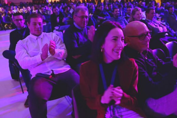 Immagine del pubblico che applaude durante la conferenza di Start Up Italia